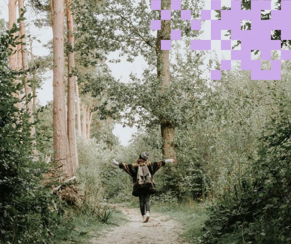 Ihminen kävelee metsässä.